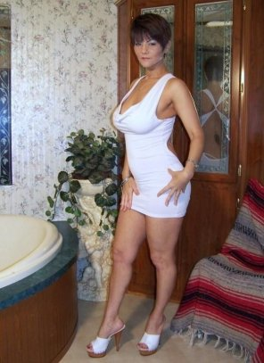 amateur photo Tight dress milf