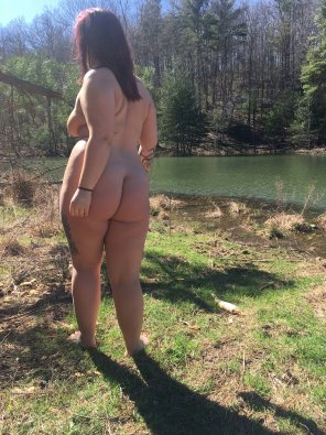 amateur photo Butt naked by the lake [F]