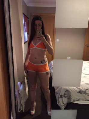 amateur photo Orange hot pants