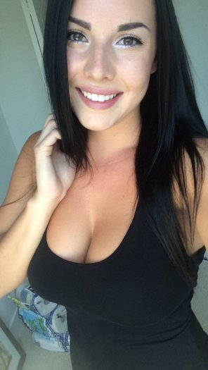 amateur photo black haired beauty