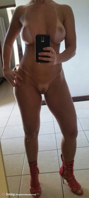 amateur photo Minimal outfit when tanning