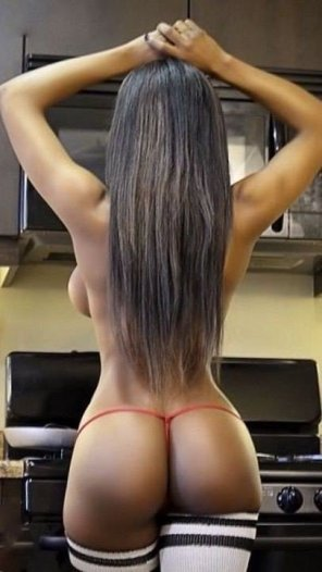 amateur photo She's hotter than the stove