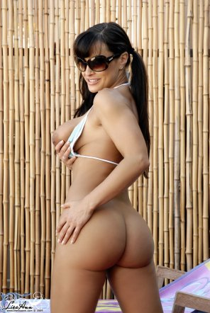 amateur photo Lisa Ann showing off her curves