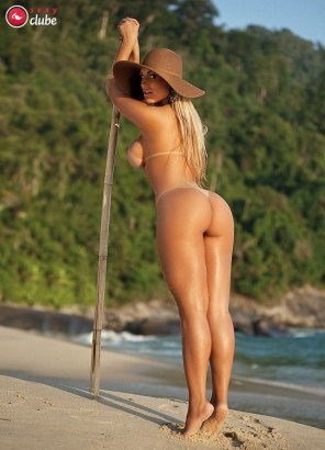 amateur photo Big hat at the beach