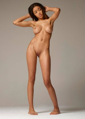 amateur photo Tyra posing naked