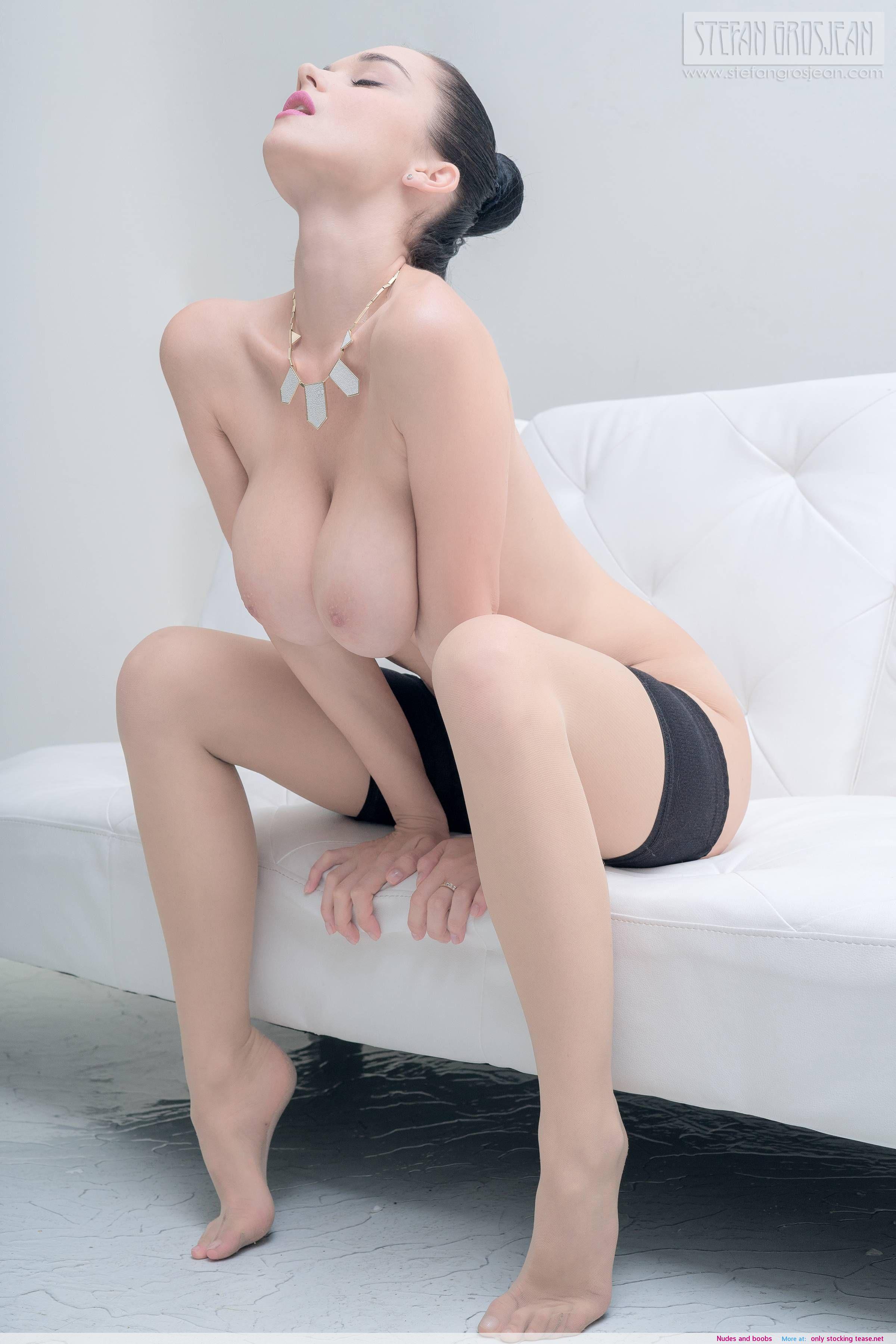 demi lovato has small breasts