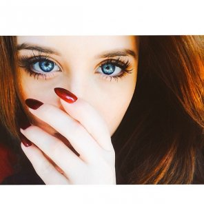 amateur photo Blue eyes, red nails