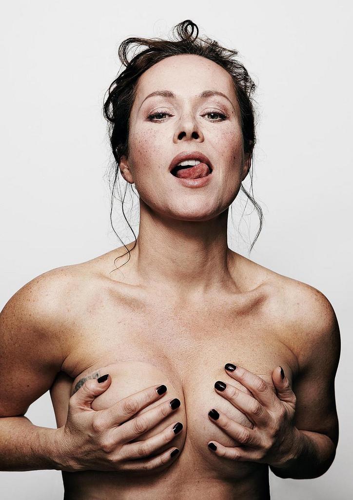 Amanda Mealing  nackt