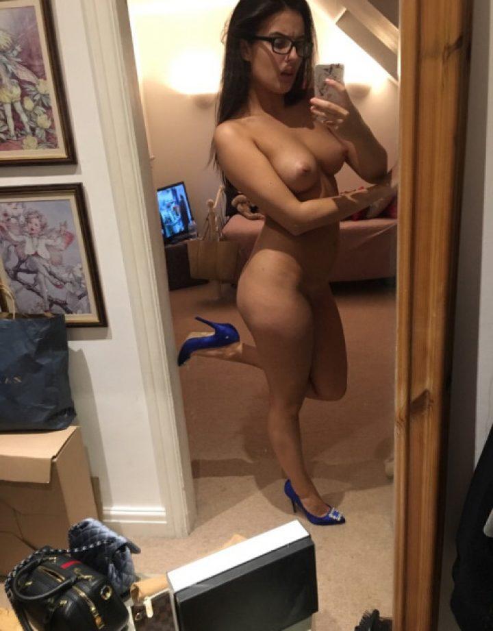 Amateur Teen Girl In Sexy Mirror Selfie