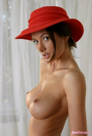 amateur photo Red hat