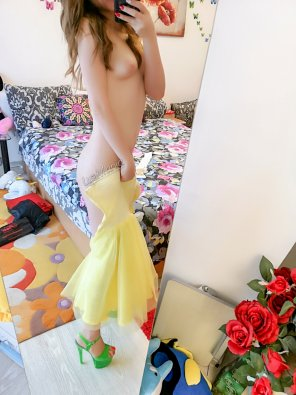 amateur photo I miss the sun, that's why I put a yellow dress on me. [F]