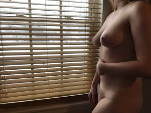 amateur photo Original ContentI wonder i[f] the neighbors can see through the snow...