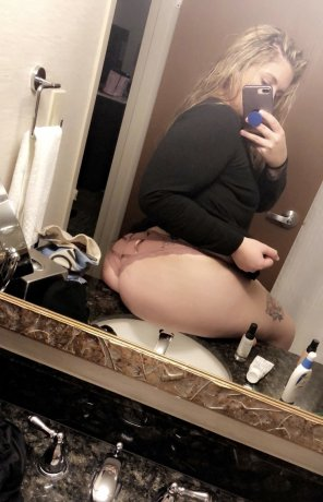 amateur photo The sink know she thicc