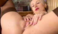 Blonde spreads her flaps