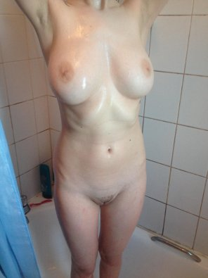 amateur photo Girlfriend in the shower