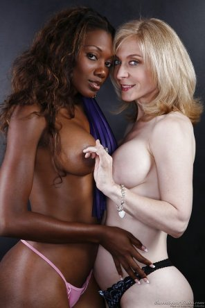 amateur photo Nyomi Banxxx & Nina Hartley