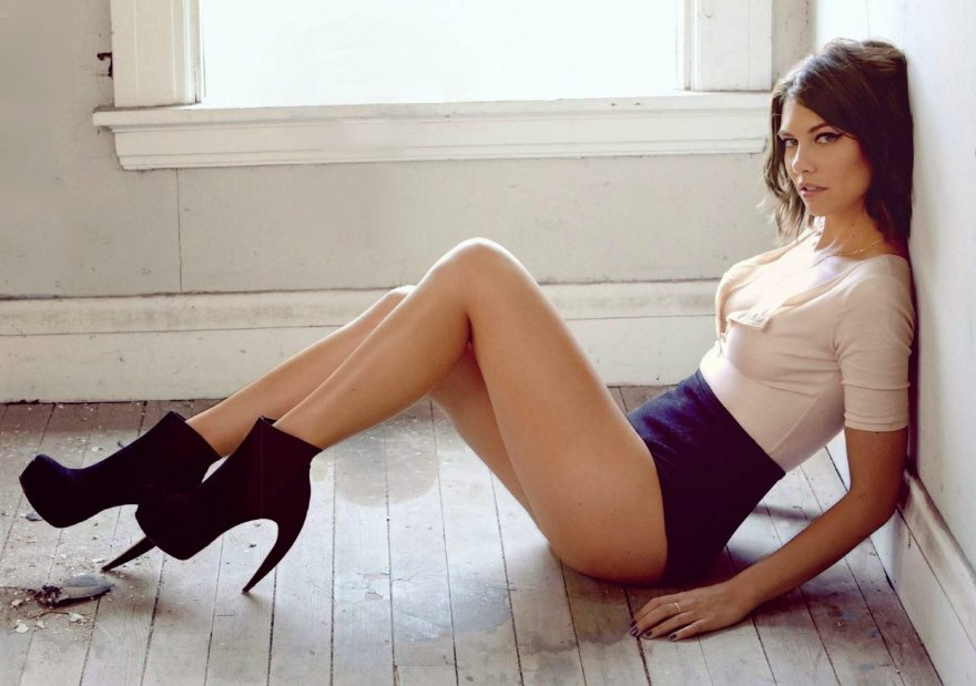 Lauren Cohan from The Walking Dead shows off her legs Porn Photo