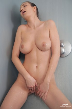 amateur photo Josephine in the shower