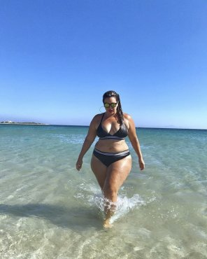 amateur photo Wide hips and huge thighs on this beach babe
