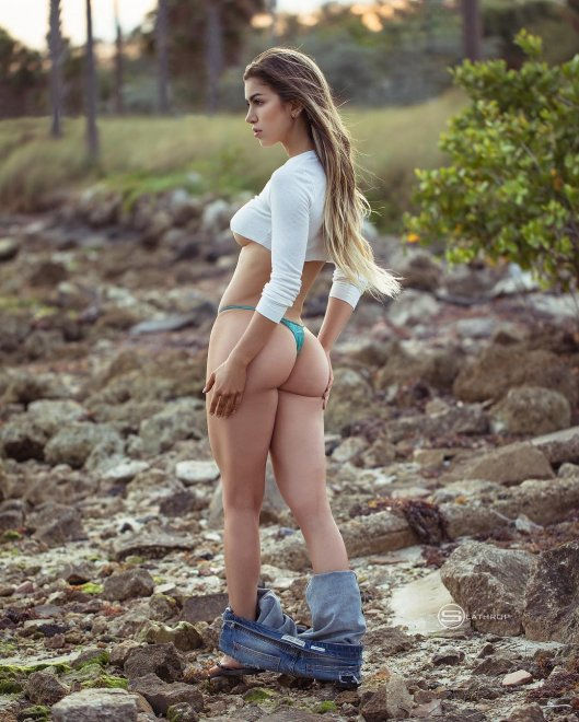 Dropped her jeans Porn Photo