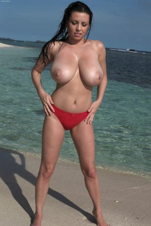 amateur photo Huge natural boobs at the beach