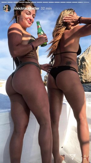 amateur photo Puts her friend to shame
