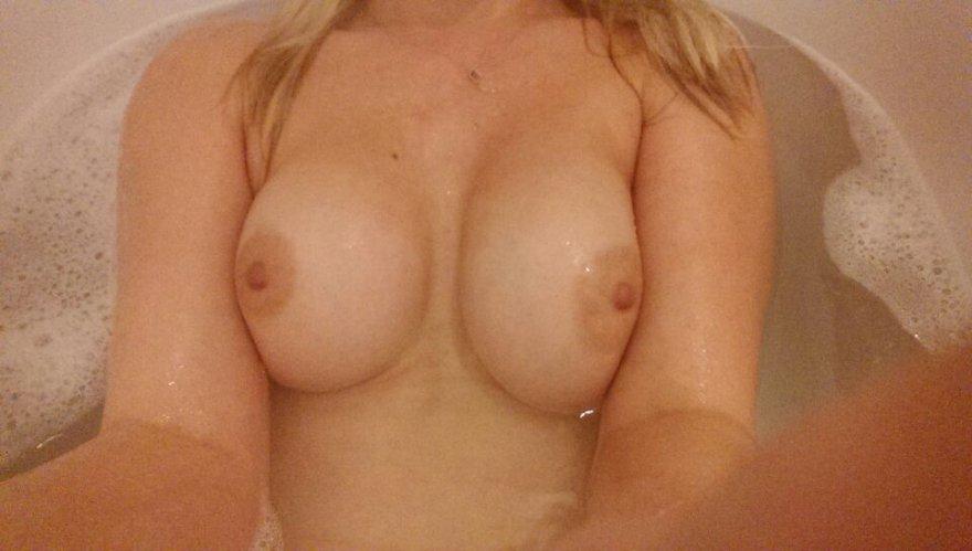 Cheeky bath pic Porn Photo