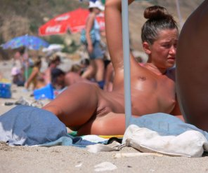 amateur photo Petite, tanned & naked. My kind of beach.