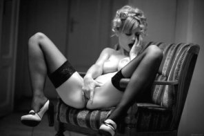 amateur photo blonde jilling in stockings
