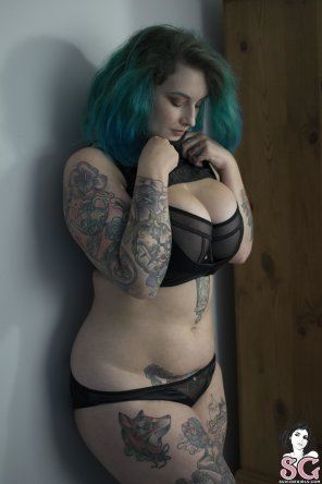 amateur photo Curvy suicide girl