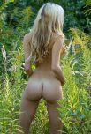 amateur photo A teen blonde & her tight bum outdoors