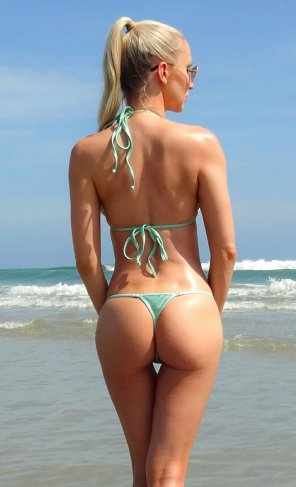 amateur photo Eva Lyn thong bikini