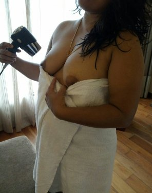 amateur photo Drying her bOObs
