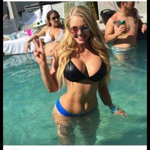 amateur photo Blonde in a pool