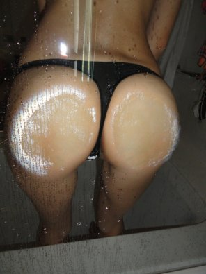 amateur photo Pressing her ass against the glass
