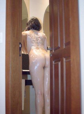 amateur photo [F] Ops, I guess I forgot the bathroom door open