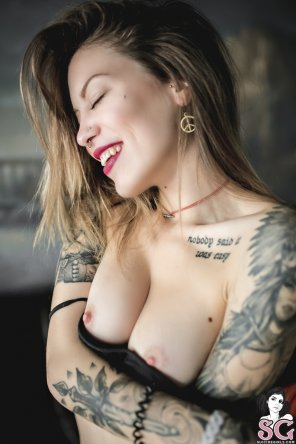 amateur photo Smiles & Boobies