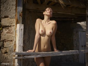 amateur photo Exposing her breasts to the sun