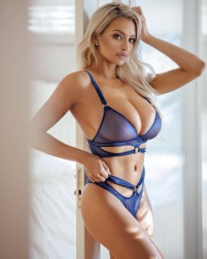 amateur photo Lindsey Pelas in blue