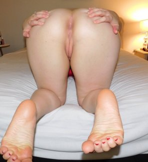 amateur photo Spreading to show off her perfect asshole