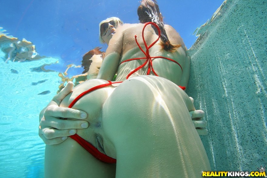 Underwater grab Porn Photo