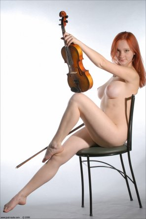 amateur photo Violin girl.
