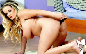 amateur photo Wendi White inserts a dildo
