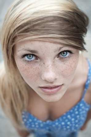 amateur photo take a deep look into her eyes