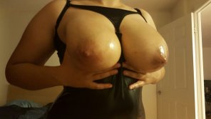 amateur photo Oiled up boobs.