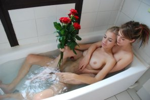 amateur photo Friends in the tub