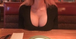 amateur photo Resting my huge boobs on the table at Applebee's [self]