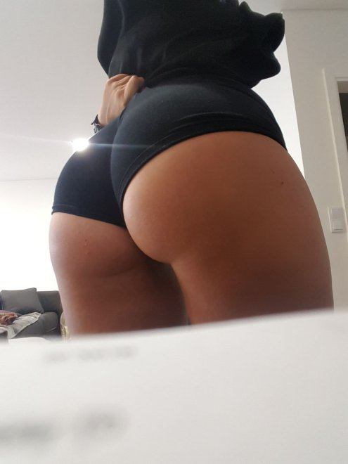 My girlfriend's ass in shorts Porno Zdjęcie