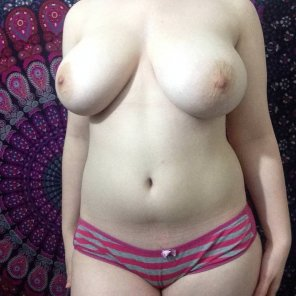 amateur photo [OC] Pale skin and big breasts!