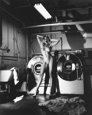 amateur photo Helmut Newton 'DOMESTIC NUDE III: IN THE LAUNDRY ROOM AT THE CHÃ'TEAU MARMONT, HOLLYWOOD', 1992